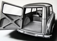 Gott om plats för en portfölj och ett par galoscher! Den lilla stationsvagnen är från 1954 och kallades Lloyd LS 400 Kombi. Helstålskaross och 13 hästkrafter. Notera den livsfarligt låga stolsryggen i denna resonanslåda!