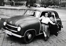 Tysklands billigaste serietillverkade, riktiga bil. Året var 1950 och modellbeteckningen LP 300 Limousine. Siffrorna syftar på cylindervolymen (293 cc) och Limousine är för tyskarna allt som har fast tak; också en Folkvagn kallas Limousine…