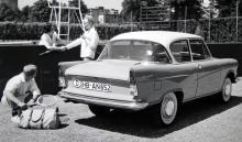 Flott fyrcylindrig boxerbil för tennisbanans betvingare. Lloyd Arabella tillverkades åren 1959–63 fast mot slutet hette den Borgward. Detta är 1960 års modell. I likhet med de flesta andra Lloyd-modeller var inte heller Arabella riktigt färdigutvecklad när försäljningen började, så många kunder kom tillbaka med synpunkter.