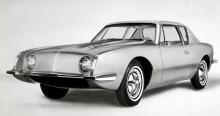 Raymond Loewys mest långlivade design  kallades Studebaker Avanti och  debuterade som 1963 års modell.  Byggdes också som Stude- baker året därpå men  sen klappade firman  ihop och sedan dess har glasfibercoupén  levt ett alldeles eget liv.