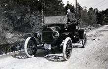 Major Lundeberg porträtterad i maj 1915 bakom ratten på sin Ford T Runabout.