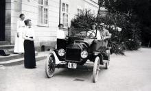 Grefve Fr. Wachtmeister med fru och dotter sommaren 1915 vid Tistad slott i Södermanland.