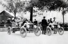 """Första juni 1909 small startskottet för tävlingen tvärs över USA. Två T-Fordar deltog, en av dem vann. """"Vinn på söndag, sälj på måndag!"""""""
