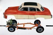 Klassisk DKW-konstruktion med en liten tvåtaktare framför kylaren, framhjulsdrift och tvärställda bladfjäderpaket. Spinkig ram!