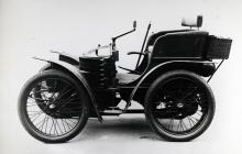 Den första fyrhjuliga Wolseley-bilen konstruerades 1899. Styrspak och kedjedrift var standard på den tiden.