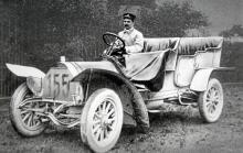 Doktor Stöss har just vunnit 1906 års Herkomerfahrt. Bilen är av typ 18-22 PS och hade en fyrcylindrig motor på 2,7 liter och treväxlad låda.