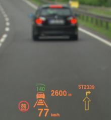 HUD, Head Up Display, vindrutedisplay. Kärt barn har många namn. Systemet projicerar all viktig information, inklusive gällande hastighetsgräns, i vindrutans underkant. Föraren slipper därmed sänka blicken och kan ha fullt fokus på vad som händer i trafiken.