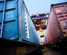 Sätten att få ut de stulna bilarna ur landet är många. Bland annat fraktas de i containrar.