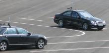 Mercedes är en av de tillverkare som kommit längst i utvecklingen av förarhjälpsystem som bygger på att bilarna kan kommunicera med varandra. Tanken är att den egna bilen både ska kunna varna andra bilar och aktivera nödvändiga säkerhetsfunktioner i kritiska lägen.