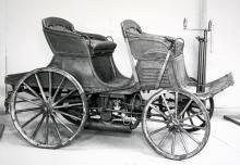 Istället för de hästar som just pensionerats har man här monterat en stor boxermotor under vagnskorgen. En av de experimentvagnar som byggdes i slutet av 1890-talet.