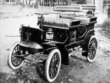 Scanias första bil, byggd 1901–02.Motorn låg rakt under främre kuskbocken och drev bakhjulen med kedja.