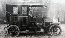 Detta är en Scania från omkring 1906, en stor och påkostad vagn med bagageräcke på taket.