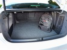 Lucköppningen är inte jätte-stor men utrymmet är det. 510 liter koffertutrymme innebär att Jetta slukar rejält med bagage.