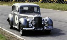 Saloon car racing kan också bedrivas med en välpreppad Alvis TC21/100! Bilden är tagen vid ett specialprov när RAC-rallyt firade sina första 50 år.