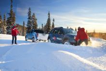 När snön gick över hjulnaven fastnade Dacia Duster, trots fyrhjulsdriften. Fotografens Nissan Navara fick rycka in som bärgare.
