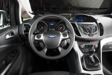 Massor av vinklar, former och lister gör förarmiljön i Ford C-Max ganska rörig. Knappsamlingen uppe på mittkonsolen är svåröverskådlig.