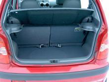Bagageutrymmet är minimalt, precis som bilen i övrigt.