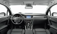 Instrumenteringen är inte optimal men kupén är ljus och luftig, mycket tack vare panoramaglastaket som är standard på kombiversionen.