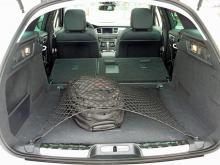 660 liter lastutrymme tredubblas med två enkla handgrepp. Fästkrokar och bagagenät är praktiska detaljer innanför den stora bakluckan.