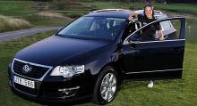 Charlotte Kalla kör en sponsrad VW mellan träningspassen.