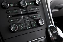En massa små knappar sitter utspridda på ett inte särskilt elegant sätt. Symbolerna är desamma som i Opel, men lyser gröna.