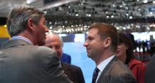 Vladimir Antonov (till höger) i samtal med Victor Muller på bilsalongen i Genève i början av mars.