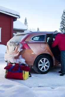 Packningen måste stuvas i baksätet när bakluckan på Volvo V60 fryser igen.