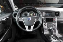 Volvo har en lugn och väldesignad förarplats. I fönstret mitt på panelen visas mycket information, bland annat om värmestolarna är på.