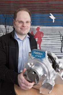 Daniel Hervén och hans kollegor har tillbringat många arbetstimmar med att klura och konstruera den elektriska drivkraftsfördelningen. Nu är den klar att monteras in i de första bilarna, vilka det nu blir…