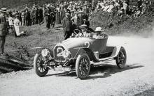 En av få Humber-bilar som tävlat, här i en backe i södra Wales. Modellen byggdes både före och efter kriget 1914–18.
