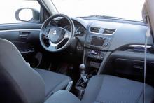Swift har snygg, modern design med tydlig instrumentering och praktiskt fack ovanpå panelen.