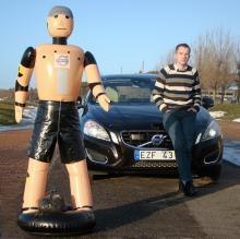 Andreas Eidehall, utvecklingsingenjör vid Volvo, har de senaste tre åren jobbat med att finslipa systemet med det snåriga namnet: Collision Warning System with Full Autobrake and Pedestrian Detection. Krockdockan heter för enkelhets skull Bob.