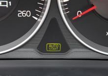 När man trampat ner kopplingen, lagt ur växeln och stannat, så stannar också motorn. Den startar automatiskt när kopplingen trampas ner.