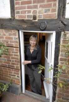 Nancy Neville vårdar den brittiske författaren John Miltons minne.