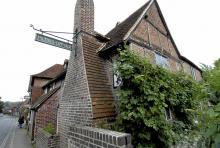 När pesten härjade i London flydde författaren John Milton till den stuga i Chalfont St. Giles som numera är museum och kallas Milton´s Cottage. Det var här han slutförde sitt storverk Paradise Lost.