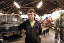 Bilmekanikern Ian Bradford tar gärna en öl med Tom Barnaby och pratar om  de senaste morden  i Midsomer.