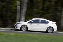 Opel Ampera är en elbil med inbyggd generator i form av en bensinmotor. Ampera ska börja säljas före årsskiftet till ett pris av ca 420 000 kr.