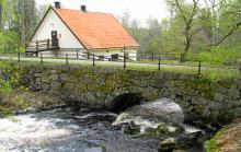 Lugnet råder på Drottning Kristinas väg i Jerle stad, Sveriges minsta med blott 30 invånare.