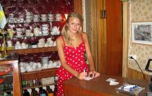 Tidstypisk 50-talslook i caféet i Hosta, med servitrisen Johanna Hygerth bakom disken.
