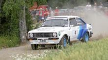 1979 års rally-världsmästare Björn Waldegård med sin Ford Escort 1800 är en av många publikfavoriter i återuppväckta Midnattssolsrallyt, här i aktion på Järlesträckan.