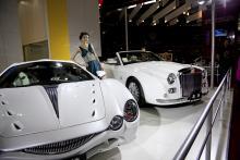 Japanska Mitsuoka bygger egendomliga sportbilar, ofta med engelsk stuk. Rolls Royce har otvivelaktigt varit förebild för den bakersta bilen. Den främre, som kallas Orochi Nude Top, har inspirerats av en japansk drake.