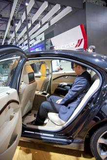 Kineser är inte storväxta, men rymliga baksäten är ett krav. Tillräckligt gott om plats finns det i den förlängda Volvo S80. TV-skärmar i solskydden är självklart.