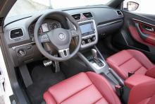 Interiören är lugn och elegant på sedvanligt VW-manér. Ratt med kontroller och en stor display på mittkonsolen tillhör nyheterna. Sportpedalerna ingår i ett paket för 14 400 kronor. Automatväxlad låda finns bara till 140-hästars diesel och 211-hästars bensinmotor.