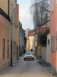 Under sommarmånaderna försöker Visby hålla de flesta bilar borta från innerstaden. Vid infarterna finns anslag som informerar om när en turist kan ta med sig bilen innanför murarna. För Visbys invånare gäller andra regler.