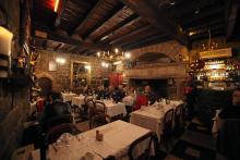 Räkna med att det tar tid att läsa den långa menyn på mysiga krogen Le Vieux Logi i Vias.