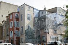 En trompe l'oeul-målning (lura ögat) på rue Perben i Agdes gamla stadskärna, bland backiga gränder med små trevliga butiker.