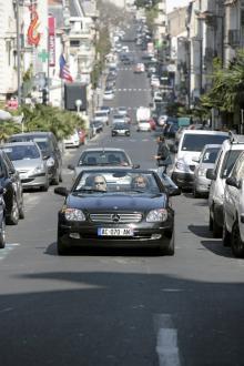 En och annan cab syns i den livliga trafiken i Béziers.