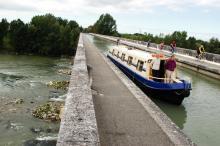 Eftersom det är sent på säsongen möter vi bara ett par andra båtar under hela vår första dag. Det känns underbart och avstressande att få ha Canal du Garonne för sig själv.