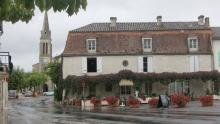 Vid sidan av de stora lederna hittar man de små genuina franska byarna, och där finns alltid en välkomnande restaurang.