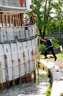 Att jobba på kanalbåt kräver akrobatiska talanger.